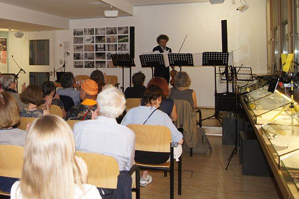 """Martin Yavryan beim Vortrag von Otto M. Zykans Stück """"Trio für Violine solo"""". © Peter Oberosler"""