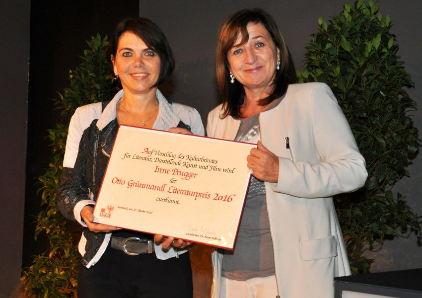 Irene Prugger (l.) nimmt die Glückwünsche von Frau Landesrätin Beate Palfrader entgegen.