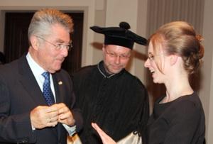 Bundespräsident Heinz Fischer überreicht den Ehrenring an Heike Ortner.