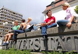 Universität Studenten auf einer Mauer