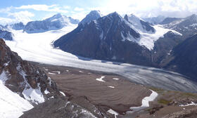 An international team has recalculated the ice thickness of more than 200,000 glaciers worldwide: The previous assumptions have not been confirmed, especially for the Asian region. The picture shows a glacier in Kyrgyzstan.