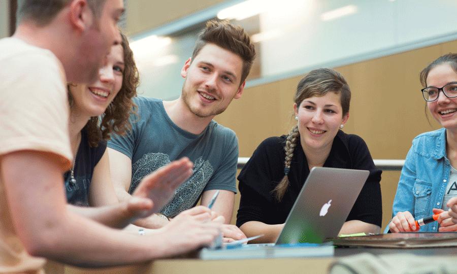 Studierende mit Laptop (Bild: Gerhard Berger)