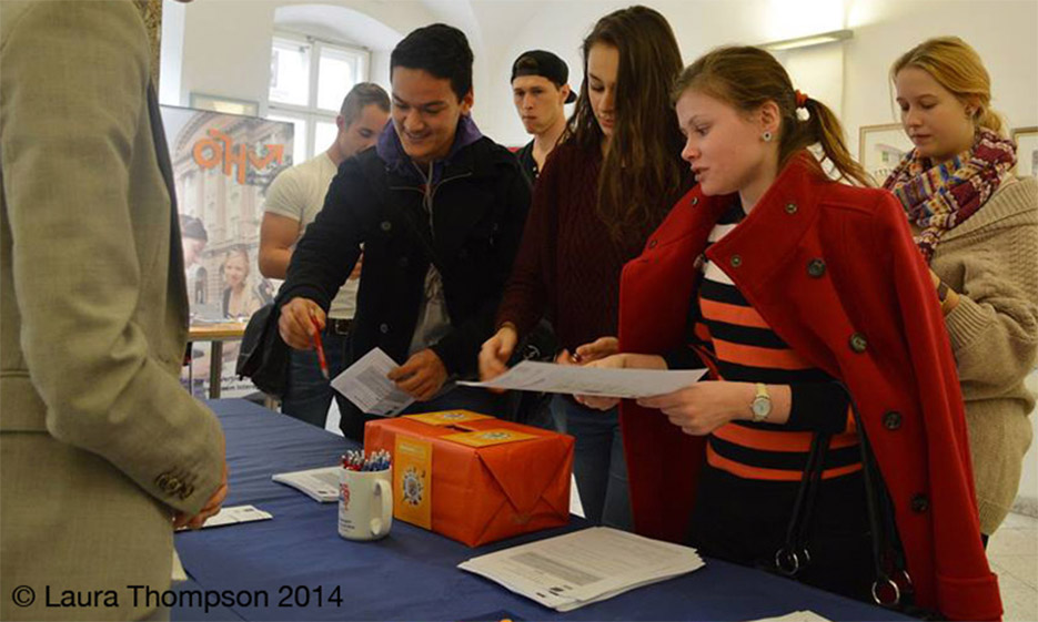 BesucherInnen am Infopoint beim International Day 2014