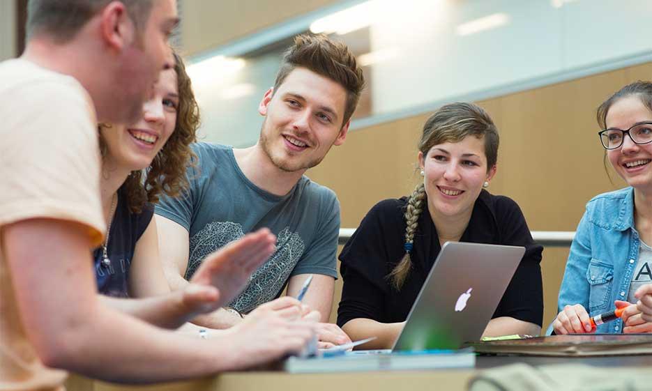Studierende vor dem Laptop