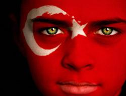 Symbolbild: Gesicht mit aufgemalener Türkei-Flagge ©istockphoto.com